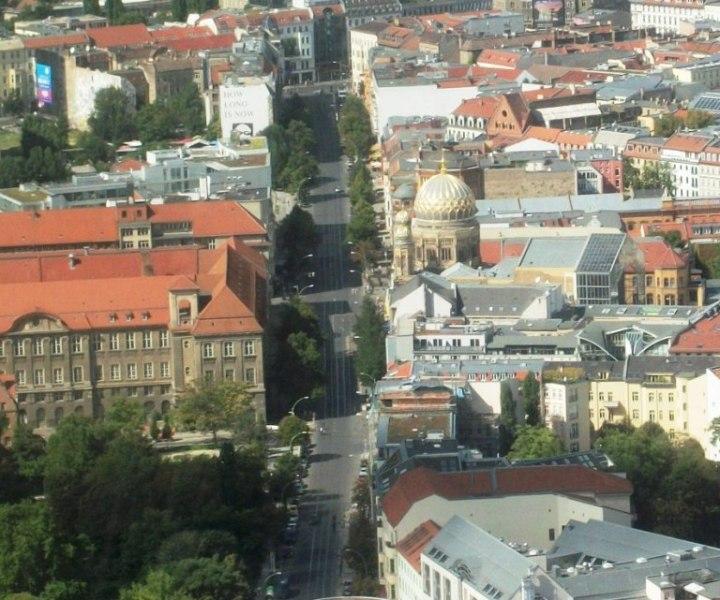 """Oranienburger Straße vista dall'alto: a destra la cupola del Postfuhramt, subito dietro quella della Sinagoga; a sinistra l'inconfondibile edificio del Tacheles (con la scritta """"How long is now"""")"""