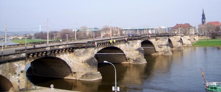 Augustusbrücke. Il ponte è lungo circa 390 metri e largo 18 metri, le luci misurano tra 17,6 e 39,3 metri