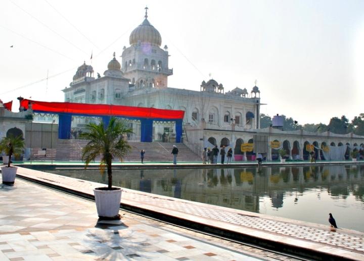 Il tempio Sikh di Delhi nella nebbia del mattino